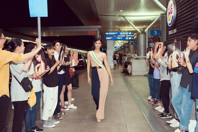 <p> Kiều Loan đáp lại tình cảm này bằng màn catwalk, pose dáng thần thái thu hút sự chú ý của nhiều người.</p>