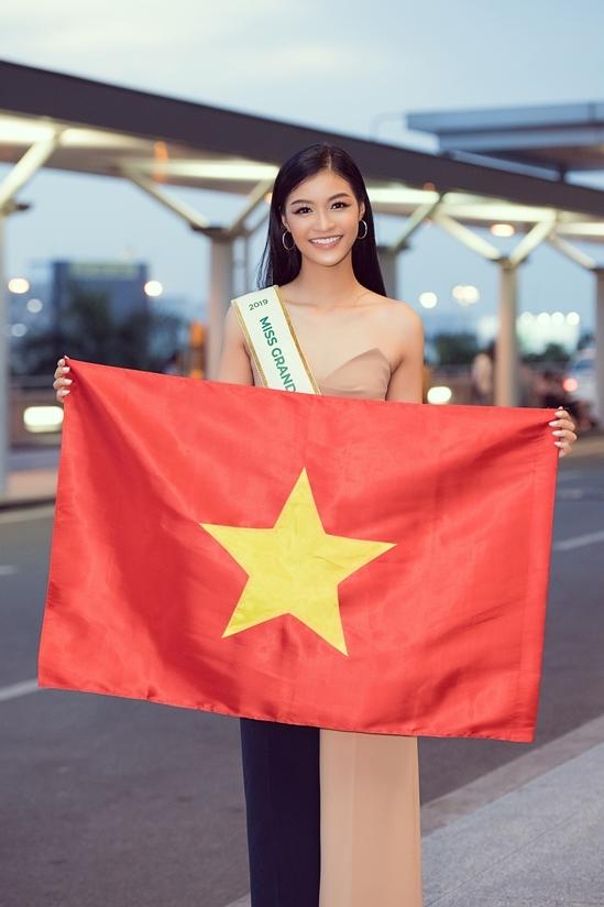 <p> Kiều Loan lên đường chinh chiến cuộc thi nhan sắc quốc tế sau 2 tháng chuẩn bị. Cô xuất hiện ở sân bay Tân Sơn Nhất với vẻ rạng ngời.</p>