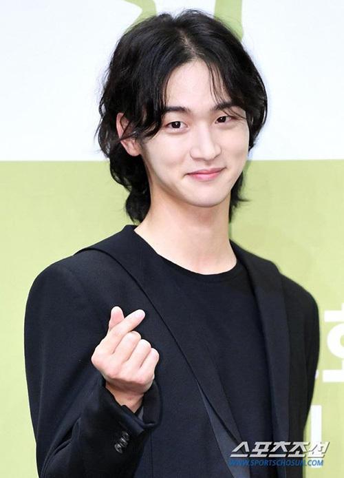 Jang Dong Yoon giả gái trong bộ phim Tiểu sử chàng Nok Du. Trong buổi họp báo phim, nam diễn viễn khiến fan thích thú với mái tóc dài, bồng bềnh đầy nữ tính.