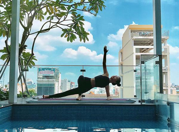Lê Âu Ngân Anh tập yoga mỗi ngày để giữ dáng.