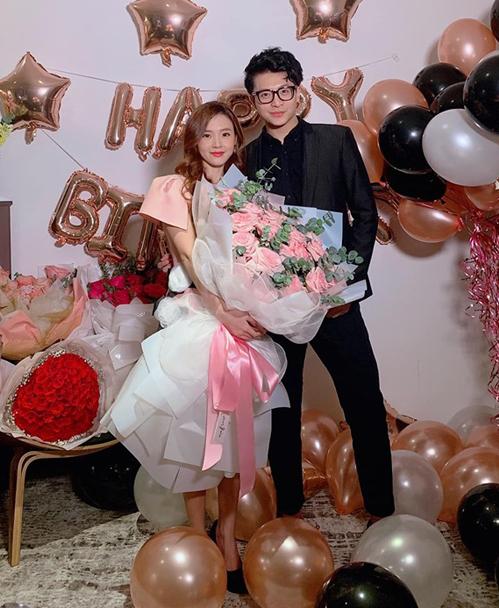 Midu được Harry Lu tặng bó hoa siêu to khổng lồ. Dù là bạn thân nhưng cả hai được khen đẹp đôi như tình nhân.