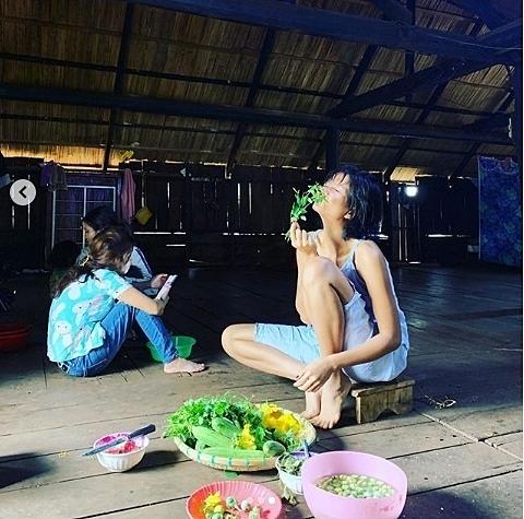 Gặp vấn đề về sức khỏe thời gian gần đây, HHen Niê về nhà tĩnh dưỡng. Cô làm món canh cà đắng, gọt điều cho gia đình.