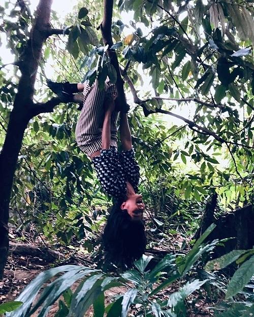 Người đẹp chèo cây, vui đùa khi ở quê.