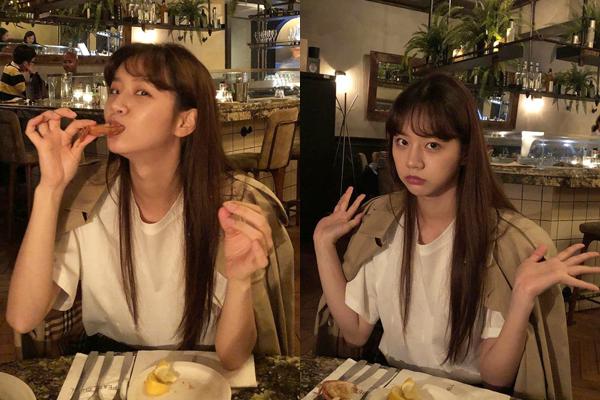 Hye Ri vô tư ăn bốc trong nhà hàng với vẻ thích chí.