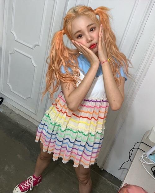 JooE (Momoland) khoe vẻ đáng yêu khi mặc váy 7 sắc cầu vồng, cột tóc như học sinh mẫu giáo.