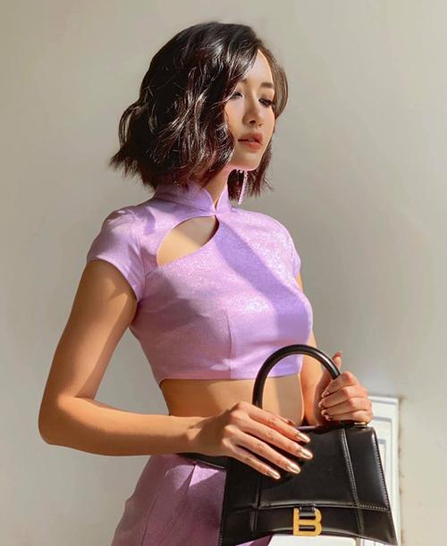 Ngoài các tông tím thẫm, tím hoa cà, tím lavender cũng là xu hướng nổi bật năm nay. Gam màu này trông nhẹ nhàng nên không kén người mặc bằng. Bích Phương diện cả set đồ tím hoài cổ.