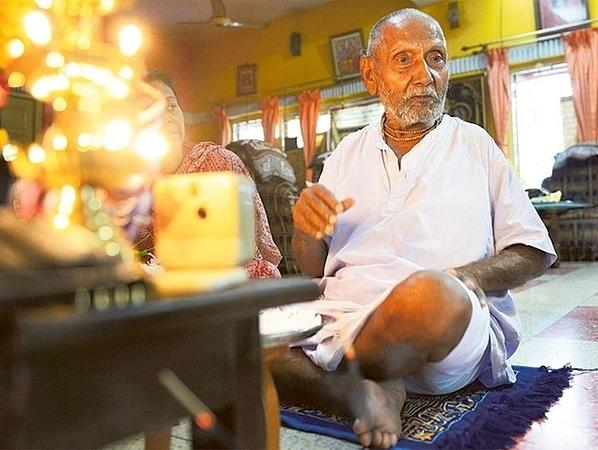Cụ Sivananda tập yoga mỗi ngày.
