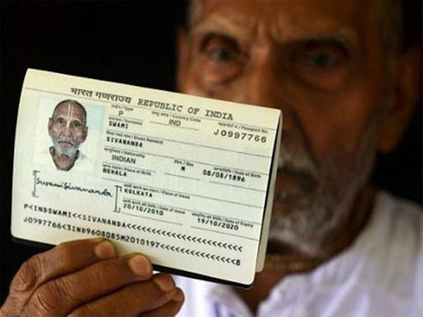 Hộ chiếu của cụ ông người Ấn Độ ghi sinh ngày 8/8/1896.