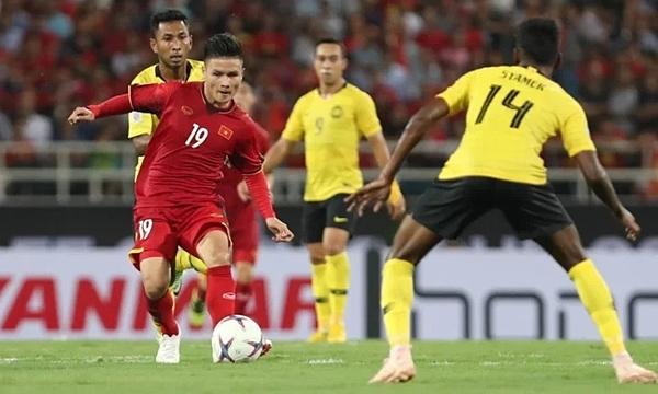 Quang Hải giữa vòng vây các cầu thủ Malaysia hồi AFF Cup 2018. Ảnh: Đức Đồng