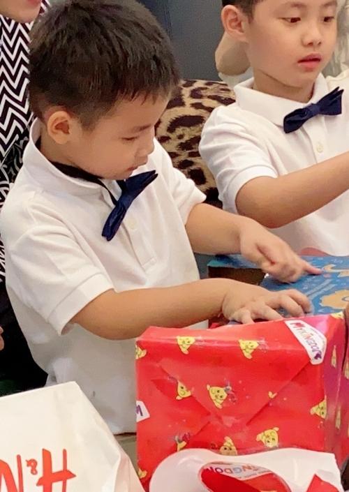 Đăng Anh hào hứng mở quà tặng mọi người đem đến.