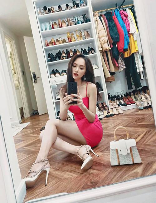Hương Giang selfie trong phòng ngủ, khoe bộ sưu tập giày dép đồ sộ phía sau.