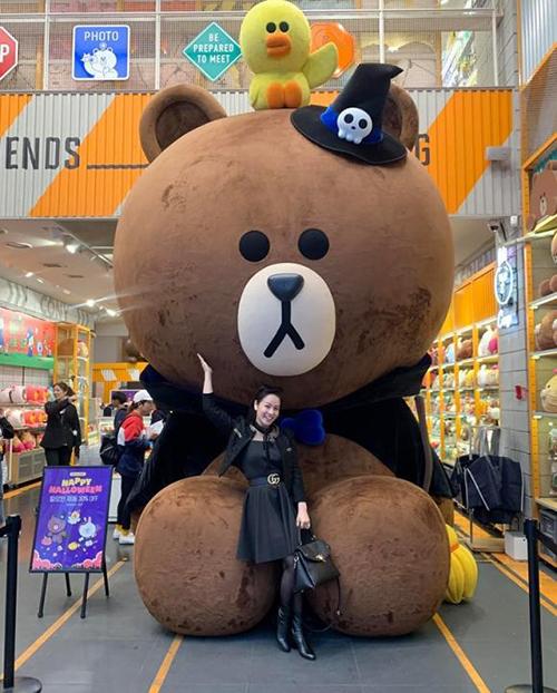 Nhật Kim Anh đi Hàn không quên quảng cáo cho phim Tiếng sét trong mưa: ui có gấu rồi nha... anh gấu bự quá! Em không cần cậu ba nữa. Cậu ba mần em khổ quá đa!.
