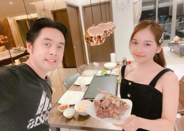 Hai vợ chồng Dương Khắc Linh - Duyên Sara thường xuyên tự vào bếp nấu nướng ở nhà.