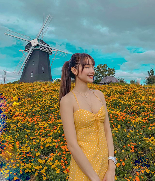 Minh Hằng diện váy dây mỏng manh đi chơi Nhật Bản mùa thu.