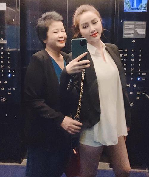 Bảo Thy đăng ảnh chụp chung để chúc mừng sinh nhật mẹ.