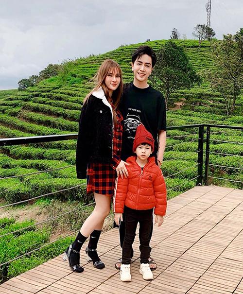 Hai vợ chồng Thu Thủy đưa con trai đi du lịch.