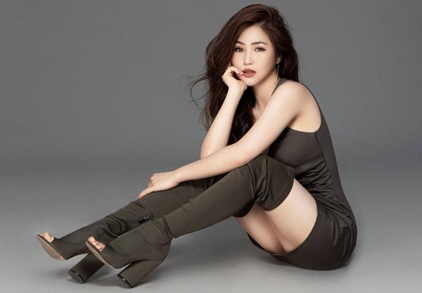 Hương Tràm nên chọn cách ngồi phù hợp hơn khi mặc váy bó sát chỉ che đủ vòng ba.