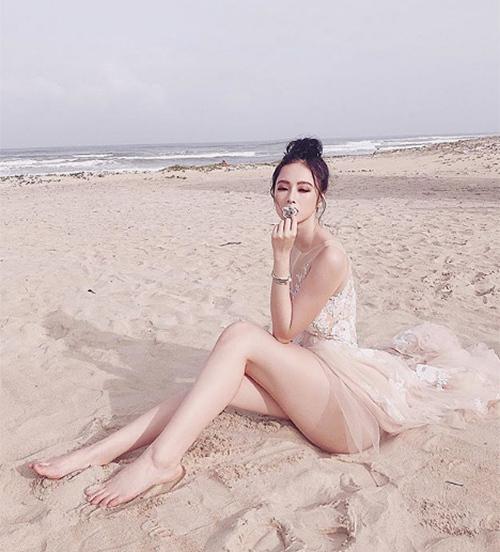 Angela Phương Trinh từng có thời liên tục bị chỉ trích vì thích vén cao váy, khoe vòng ba mọi lúc mọi nơi.