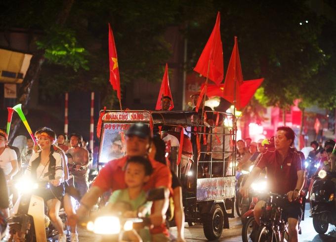 CĐV xuống đường 'đi bão' mừng tuyển Việt Nam thắng Malaysia