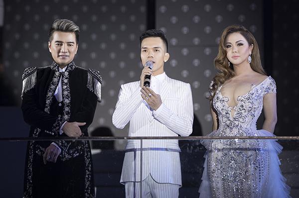 Đàm Vĩnh Hưng nắm tay Minh Tuyết, kết lại phần trình diễn trong sự phấn khích của đông đảo khán giả.