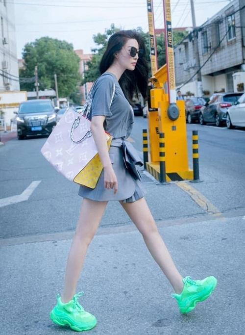 Sau tin đồn mang bầu, Phạm Băng Băng tích cực giảm cân, khoe dáng thon thả trong các bộ đồ hàng hiệu.