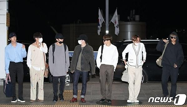 Vào 23h ngày 9/10, BTS có mặt ở sân bay Incheon, lên đường sang Arab Saudi tổ chức concert Speak Yourself. Mặc dù khởi hành vào tối muộn nhưng rất đông fan và phóng viên chờ sẵn để ghi lại những khoảnh khắc của boygroup nhà Big Hit.