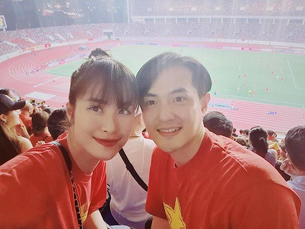 Đông Nhi - Ông Cao Thắng cũng bay ra Hà Nội để trực tiếp theo dõi trận đấu. Cặp đôi không giấu được niềm hân hoan