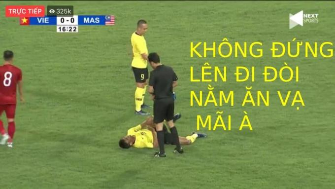 """<p> Trong một pha va chạm, cầu thủ Malaysia nằm trên sân song trọng tài không đến ngay. Phải ít phút sau, """"ông vua áo đen"""" ra hiệu cho cầu thủ này đứng dậy và không có tình huống đá phạt nào dành cho Malaysia.</p>"""