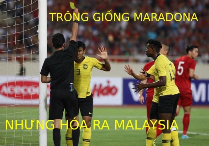 """<p> Ở phút 16, ngay sau <a href=""""https://ione.vnexpress.net/tin-tuc/video/pha-cuu-thua-than-sau-cua-van-lam-3995080.html"""" rel=""""nofollow"""">pha cứu thua</a> của Văn Lâm, trung vệ Shahrul Sadd (Malaysia) lĩnh thẻ vàng vì lỗi chơi bóng bằng tay.</p>"""