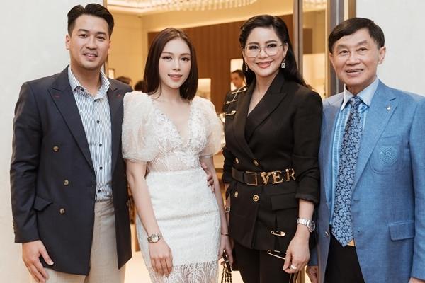 Linh Rin chụp ảnh chung cùng bố mẹ  bố mẹ của Phillip Nguyễn.