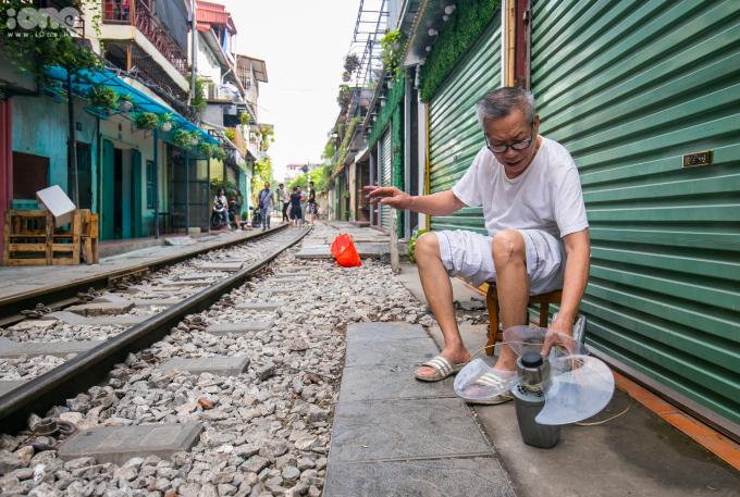 <p> Nhiều người cho rằng từ khi mô hình kinh doanh cà phê đường tàu được mở ra, khu phố khang trang, sạch sẽ và văn minh hơn hẳn.</p>