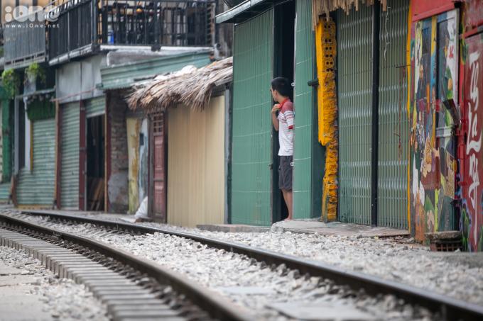 <p> Đoạn đường sắt từ ngã tư giao cắt với phố Điện Biên Phủ đến Phùng Hưng, Hà Nội, nhiều tháng nay mọc lên nhiều quán cà phê ngay sát đường ray tàu hỏa. Hình thức kinh doanh này thu hút hàng trăm lượt khách đến khu phố này mỗi ngày.</p> <p> Ngày 7/10, UBND thành phố Hà Nội yêu cầu xử lý nghiêm hành vi vi phạm hành lang đường sắt, hoàn thành trước 12/10, theo đề nghị của Bộ Giao thông Vận tải.</p> <p> Quyết định dẹp khu cà phê đường tàu đang là chủ đề gây nhiều tranh cãi. Việc cấm các quán cà phê lấn chiếm đường sắt nhằm đảm bảo an toàn sinh hoạt nơi đây. Nhưng một số người mong muốn tiếp tục phát triển mô hình kinh doanh này để thu hút khách du lịch.</p>