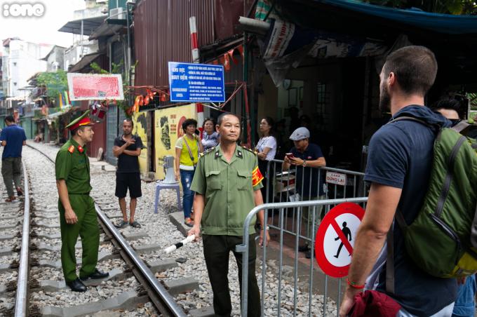 <p> Sáng 10/10, Đội Cảnh sát giao thông đường sắt phối hợp với tổ công tác liên ngành Công an quận Hoàn Kiếm, Hai Bà Trưng đặt chốt, phong tỏa lối ra vào khu vực hành lang đường sắt phố Phùng Hưng.</p>