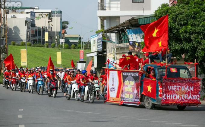 <p> Từ đầu giờ chiều, khắp nhiều ngả đường của Thủ đô, các cổ động viên (CĐV) đã hướng về SVĐ Mỹ Đình để chuẩn bị cổ vũ cho đội tuyển Việt Nam trước Malaysia tại vòng loại World Cup 2022 khu vực châu Á.</p>
