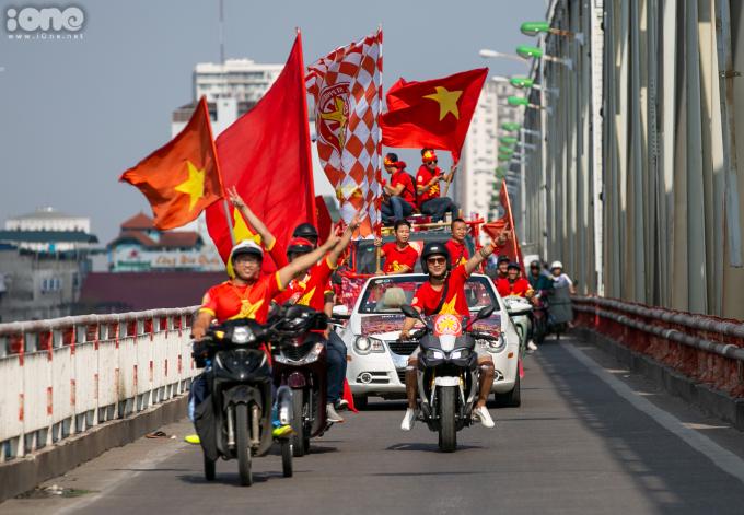 <p> Đoàn diễu hành xuất phát từ Ngọc Thụy theo các con phố như Cầu Chương Dương, Hồ Gươm, Tràng Thi, Điện Biên Phủ, Nguyễn Chí Thanh... tạo không khí sôi động.</p>