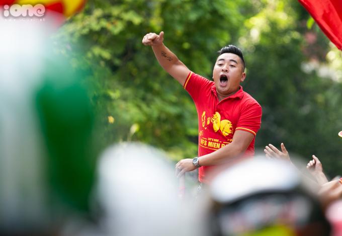"""<p> Đoàn diễu hành liên tục bắt nhịp và hô vang """"Việt Nam vô địch"""" trên mọi tuyến phố mà họ đi qua.</p>"""