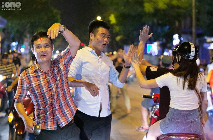 <p> Niềm hân hoan thể hiện trên từng khuôn mặt. Mọi người xóa khoảng cách với nhau bằng những cái đập tay trên đường. Lúc này, với họ chỉ có sự tự hào và niềm tin hướng về đội tuyển Việt Nam.</p>