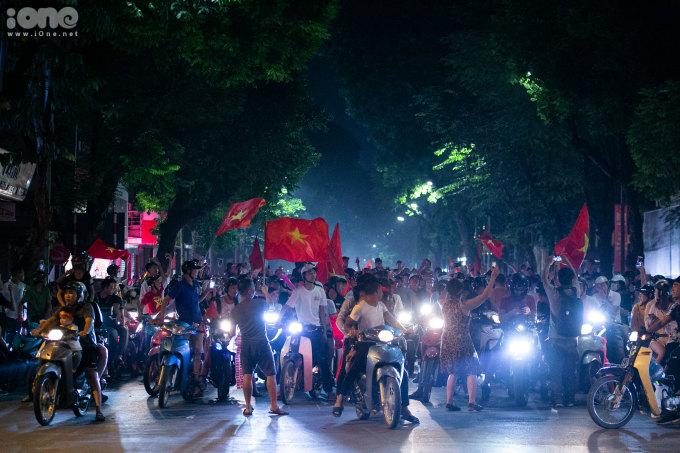 <p> Sau tiếng còi kết thúc trận đấu, hàng triệu người hâm mộ vỡ òa khi tuyển Việt Nam có chiến thắng đầu tiên sau hai lượt trận ở Vòng loại thứ hai World Cup 2022 khu vực châu Á. Từ SVĐ Mỹ Đình, dòng người bắt đầu kéo nhau xuống đường ăn mừng.</p>