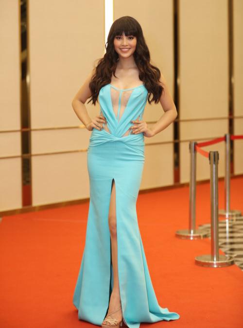 Tiểu Vy gần đây tăng cân rõ rệt. Chiếc váy ôm sát khiến Hoa hậu Việt Nam 2018 lộ eo bánh mì, thiếu đường cong giữa vòng hai và vòng ba.