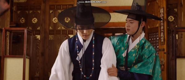 Cặp đôi Ma Hoon (trái) và Young Soo là yếu tố gây cười cho phim.