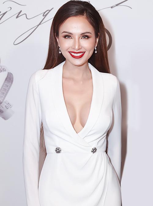Hoa hậu Diễm Hương thu hút ánh nhìn với bộ suit xẻ sâu, khoe vòng một đầy đặn.