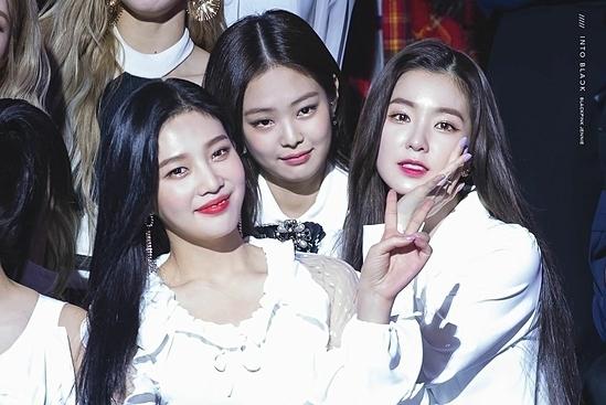 Tại Gaon Music Awards 2019 hồi tháng 1, Jennie bị chê là quá bình thường khi đứng cạnh Irene, Joy (Red Velvet).