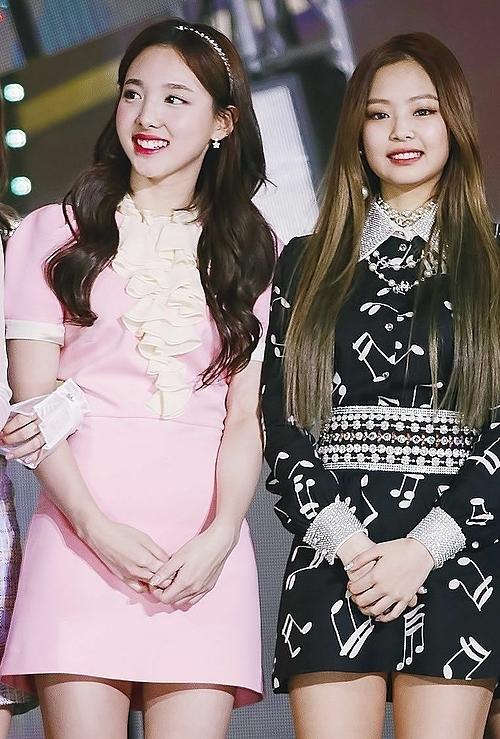 Na Yeon (Twice, trái) không hề kém cạnh biểu tượng sang chảnh Jennie về khí chất tiểu thư nhà giàu.