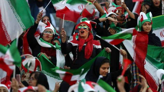 <p> Quyết định này được Iran đưa ra sau khi FIFA gây áp lực truất quyền thi đấu của nước này vì chỉ cho nam giới tới sân.</p> <p> </p>
