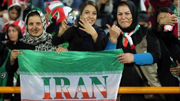 <p> FIFA cũng yêu cầu Iran cho phép phụ nữ vào sân mà không giới hạn số lượng vé. Theo <em>CNN</em>, 3.500 vé cho các fan nữ nhanh chóng được bán hết chỉ sau một giờ mở bán và tiếp tục được cấp thêm 1.100 vé.</p>