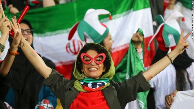 """<p> Chủ tịch FIFA Gianni Infantino nói: """"Đây là một bước tiến rất tích cực, là điều mà FIFA và phụ nữ Iran chờ đợi. Niềm đam mê, phấn khích và sự nhiệt tình mà họ thể hiện hôm nay thật đáng chú ý. Điều này khuyến khích chúng tôi cần có nhiều sự quan tâm hơn nữa về hành trình này. FIFA hướng tới tương lai tất cả phụ nữ sẽ được tự do đến sân theo dõi trận bóng trong một môi trường an toàn, bình đằng"""", ông nói.</p>"""