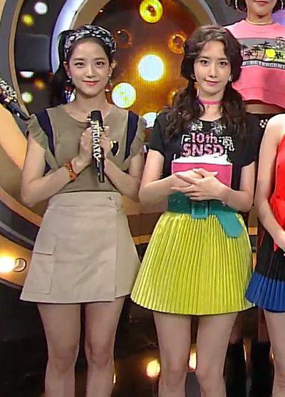 Yoona (phải) hơn Ji Soo 5 tuổi nhưng được khen trẻ hơn cả đàn em khi đứng chung khung hình.