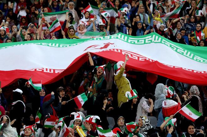 <p> Sự cuồng nhiệt của các nữ CĐV được mô tả không hề thua phái mạnh. Đáp lại sự cổ vũ này, Iran tạo nên cơn địa chấn khi giành chiến thắng áp đảo 14-0 trước Campuchia.</p>