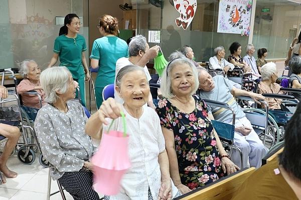 Bà Phan Thị Kim Liên (áo trắng) trong buổi sinh hoạt tại trung tâm.