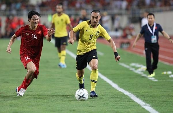 Tuấn Anh (áo đỏ) thi đấu năng nổ, hiệu quả ngay từ đầu trận đấu.